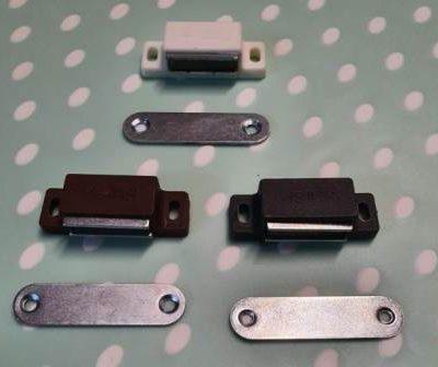 Magneti pentru inchidere plasa insecte pe alb, maro, gri antracit